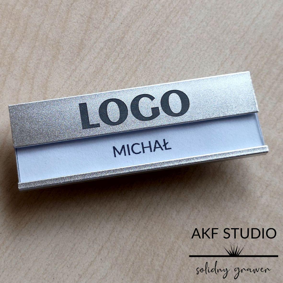 identyfikator z grawerowanym logo firmy